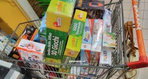 giocattoli nel carrello della spesa